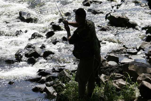 wędkarz na rzeką