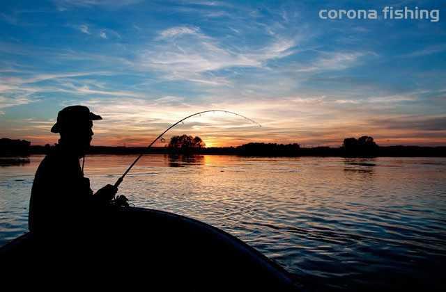 łowienie z łódki na rzece